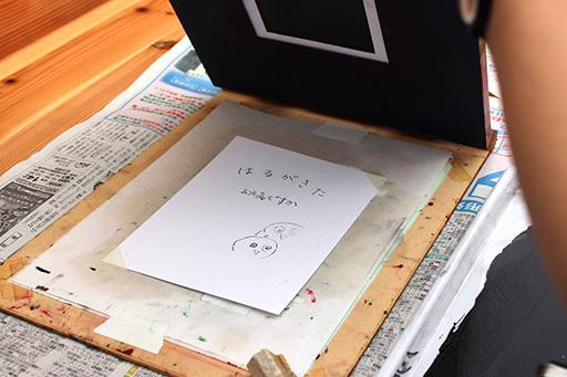 ④ロウ原紙をスクリーンにセットし印刷します2