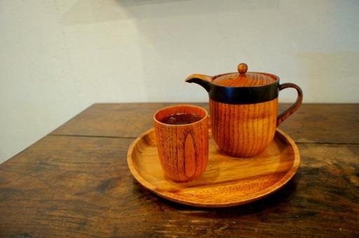 木製の急須と湯呑み