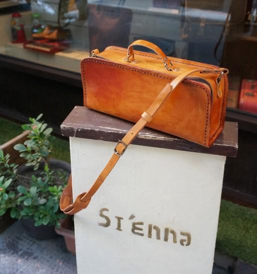 職人の工具箱をモチーフにしたバッグ