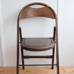 折りたたみ椅子/ちょっと庭先で。友達が家にやってきたら。そんな時に頼りになりそうですね。もちろん、いつもの食卓でも