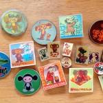 絵本と同じく60~80年代につくられたソビエト製バッジ。チェブ、ミーシャ、ソ連アニメや絵本のキャラクターたち、マトリョーシカ、ディズニーもの、宇宙もの、サーカス、オリンピック、街の紋章など、数々のテーマの素晴らしいデザイン、1,000個近くお持ちします! こちらは、チェブバッジ。