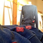 オリジナルのアパレルからは、特に人気のシリーズを。 インディゴ染めのヘビーデューティーなスウェット生地、粗野なロープ、牛革製パッチ…。全ては素材の経年変化を楽しんでいただく為のディテールです。1年後、2年後、3年後…、時を経て、着る方それぞれの更なる完成形へ。あなた好みに育てていただくスウェットです。トップス、ボトムス共にお持ちします。
