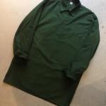 スウェーデン軍らしい深いグリーンに程良い着丈のロングシャツはユニセックスにオススメ。