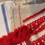 ルーマニアのイラーショシュや手織りのクロス。手仕事ものがソバにあるといいですよ。