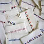 ザックリとした厚手の風合いに可愛らしい刺繍が施されたキッチンクロス